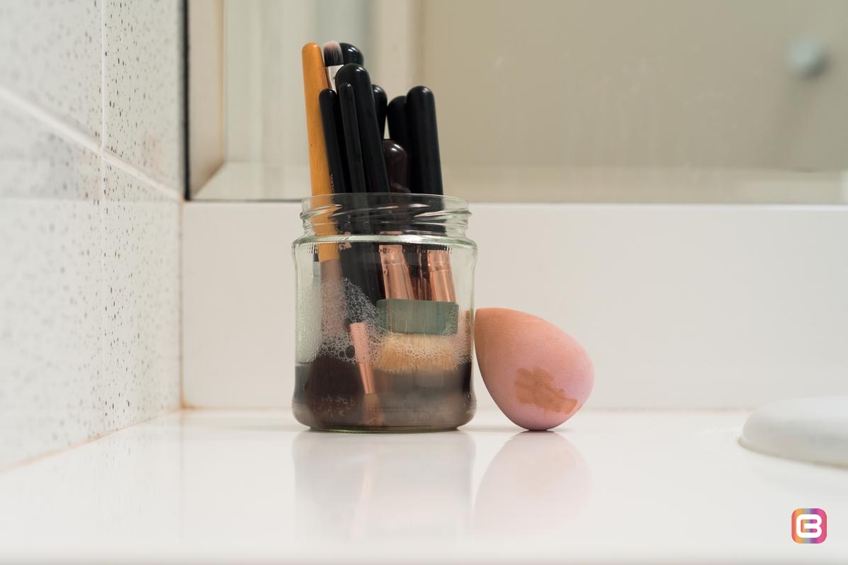 Очищайте кисти и спонжи для макияжа